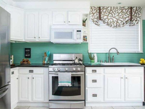 Как белую кухню превратить в яркую - обновить цвет фартука