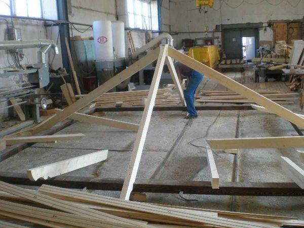 Порядок сборки шатровой 4-х скатной крыши: собрали обвязку, к ней прикрепили срединные стропильные ноги