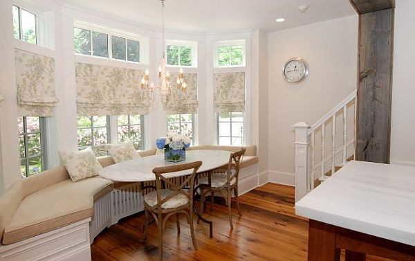 Интересное решение: не слишком широкий диванчик и стол, который можно пододвинуть почти вплотную к стеклу