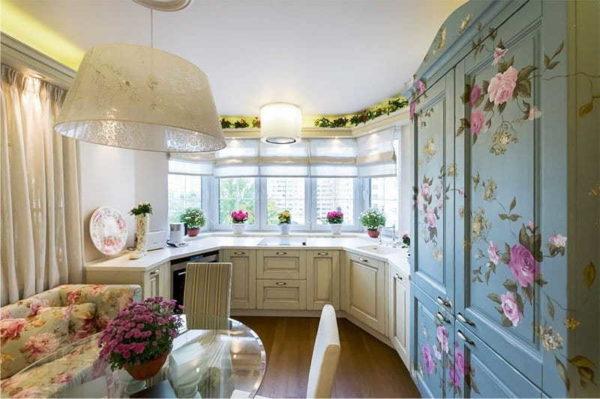 Можно в эркере на кухне установить напольные кухонные шкафчики