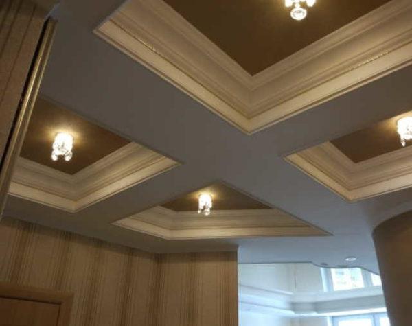 Кессонный потолок может скрывать балки, трубы и другие неприглядные элементы