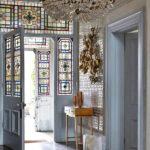 Традиционный витраж в оформлении интерьера входных дверей