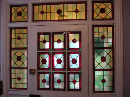 Чаще всего входные двери оформляются геометрическими рисунками на стекле
