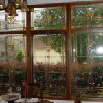 Лучше всего витражи в интерьере смотрятся на больших окнах - в эркере или при сплошном остеклении