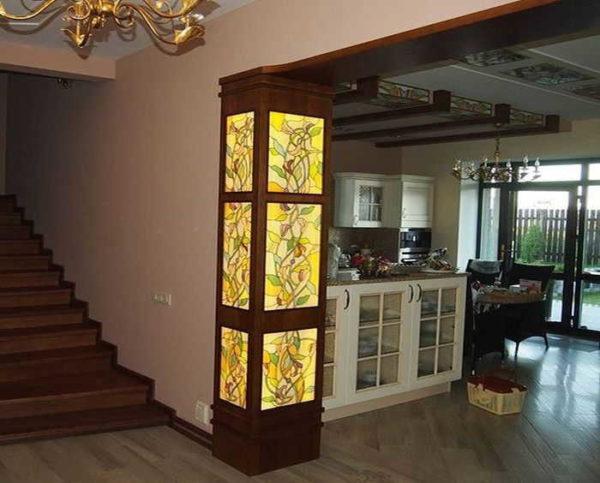Витражная полуколонна с подсветкой. С тем же орнаментом элементы на потолке кухни