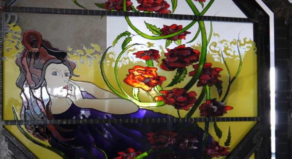 Расписной витраж - при помощи красок наносится рисунок и закрепляется при высокой температуре