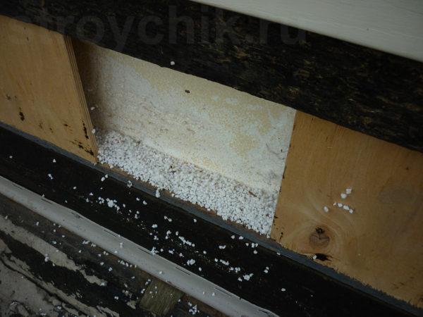 При строительстве торцы перекрытия не были закрыты доской. Установлены куски фанеры, между которыми есть большие расстояния