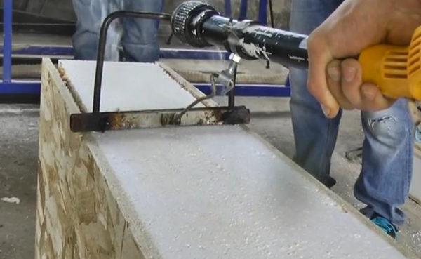 Электрический резак для пенопласта с установленным ограничителем глубины резки