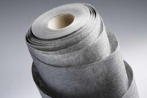 У термоскрепленного геотекстиля, одна сторона более гладкая