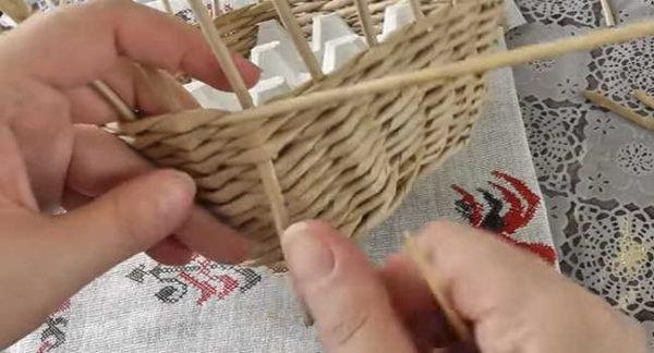 Вытягиваем рабочую трубочку вместе со шпажкой между рядами