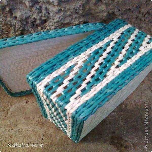 Часть сплетена обычной веревочкой, часть - при помощи послойного плетения
