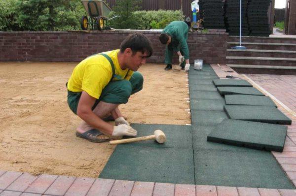 Резиновое покрытие для детских площадок: укладка плитки из резиновой крошки на песчаное основание похожа на укладку тротуарной плитки