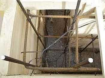 Вторая технология армирования ленточного фундамента - сначала вбивают вертикальные стойки, к ним привязывают продольные нитки, а потом все соединяют поперечными
