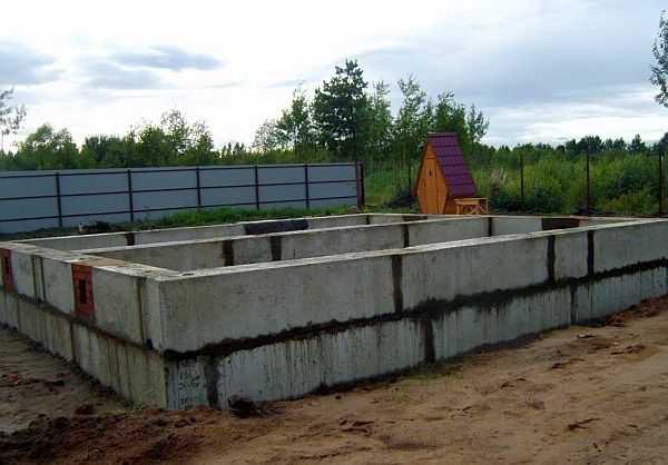 Чтобы быстрее шло строительство, при низком уровне подземных вод ленту собирают из готовых бетонных блоков