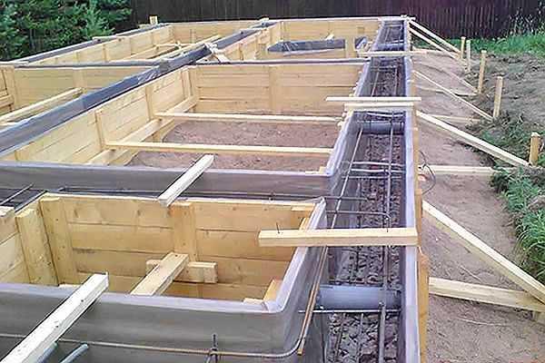 Опалубка - конструкция из досок или фанеры, которая придает фундаменту форму