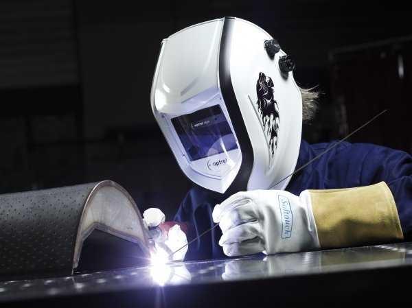 При работе со сварочным аппаратом вам обязательно нужна сварочная маска и лучше - хамелеон, а также рабочие перчатки или краги сварщика