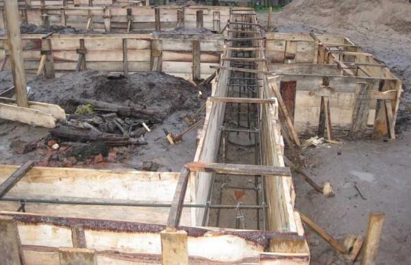 Все готово к заливке бетона: армопояс связан, опалубка выставлена и закреплена