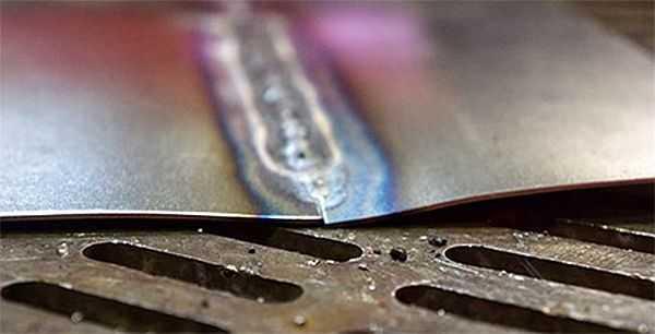 При сваривании тонких металлов листы перегреваются и изгибаются