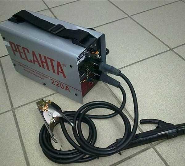 Это сварочный аппарат Ресанта САИ 220 - небольшие размеры и вес