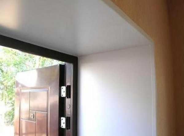 Так могут выглядеть двери после отделки откосов игпсокартоном, причем это вы можете сделать своими руками