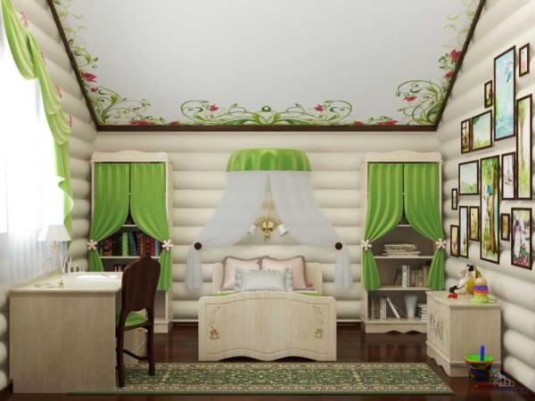 В комнате для малышей выбеленные бревна, натяжной потолок и несколько ярких деталей создают очень мягкую обстановку
