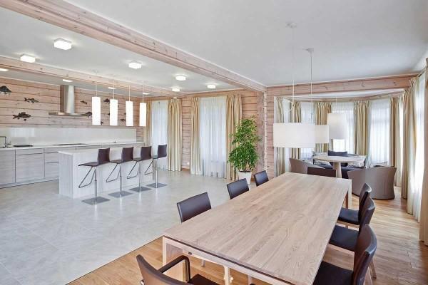 Внутренний дизайн дома из бруса: светлые тона, обилие света