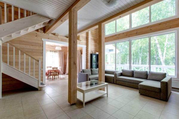 На фото внутренняя отделка двухэтажного дома из бруса. Никаких сложных решений. Только разные цвета и четкие линии