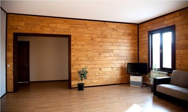 Гладкий потолок подчеркивает красоту древесины