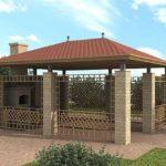 Между столбами закреплены декоративные решетки из металла, крыша приподнята над колоннами, из-за чего вся постройка выглядит более легкой