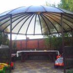 Необычной формы купол над обширной площадкой