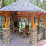 Это вариант - и каменный и деревянный. На колоннах из бутового камня установлены опры из бруса