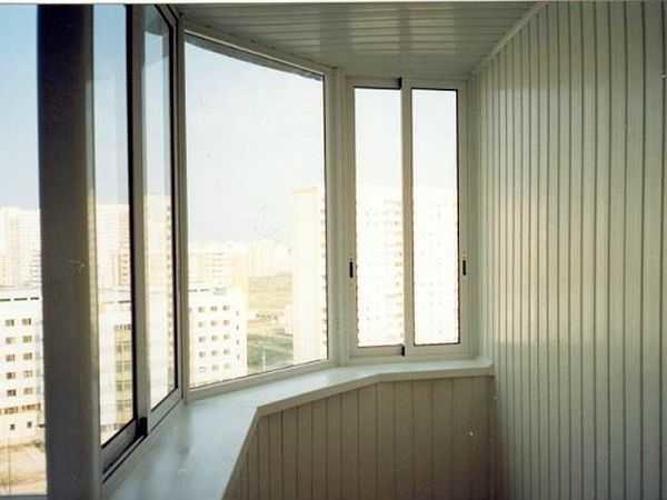 На фото балкон обшитый пластиком - пластиковой вагонкой