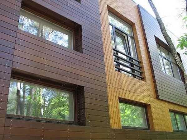 Деревянная обшивка дома может иметь совсем нестандартный вид: разные цвета и размеры, разное направление. Все просто, а эффект потрясающий