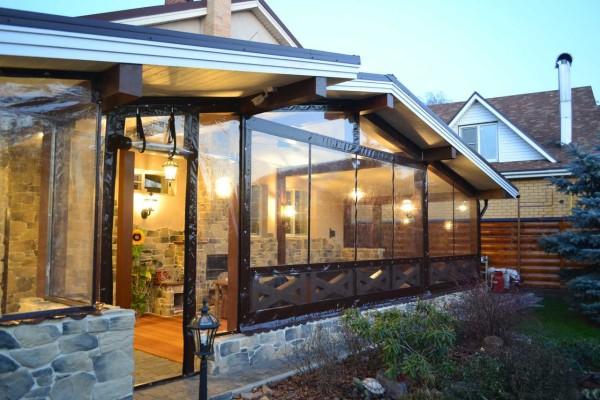 Защитные шторы из прозрачной ПВХ пленки. Натягиваются как тент: через специальные гнезда привязываются к стойкам