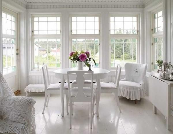Стулья покрасили белой краской, на старые кресла сшили чехлы с романтическими рюшами. Дизайн легкий, праздничный, абсолютно не напрягающий