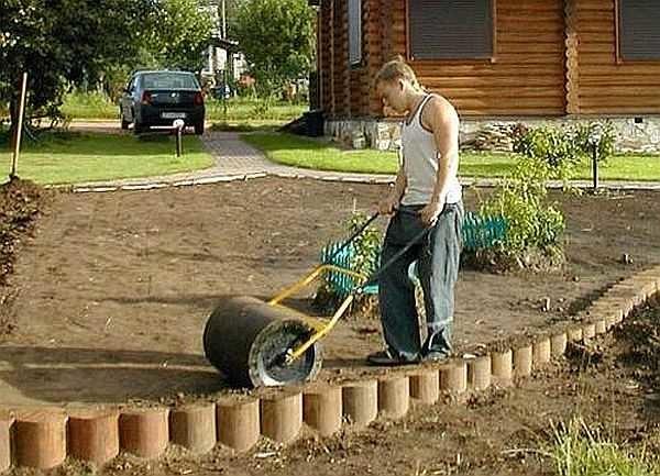 Укатка газона - важный этап, позволяющий выявить неровности