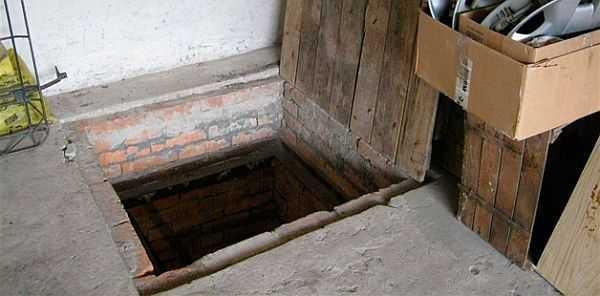 Крышка на погребе в доме должна быть практически герметичной