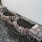 Если клумба располагается возле стены, стену необходимо обработать гидроизоляцией (битумной мастикой дважды)
