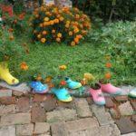 Маленькие старые, прохудившиеся резиновые сапоги с посаженными в них цветами тоже станут замечательным украшением сада или двора