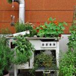 Оказывается, старая газовая плита может стать основой для разноуровневой посадки цветов