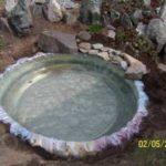 Заливается вода, пленка окончательно разглаживается, можно заворачивать края и прижимать их камнями