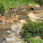 Как запрудить пруд, если на вашем участке есть естественный ручей - выкопайте котлован, обложите его камнем и направьте ручей в него