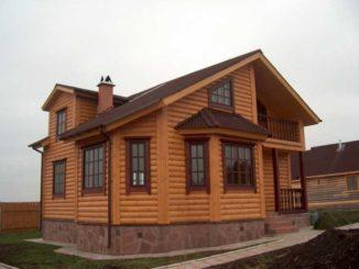 Этот дом отделан сайдингом под бревно (акрил или винил - неизвестно)