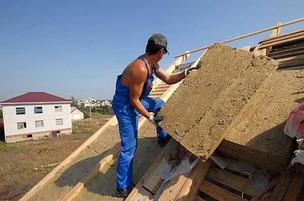 Утепление мансардной крыши снаружи: работать несложно, материал укладывается на подбитую снизу обрешетку