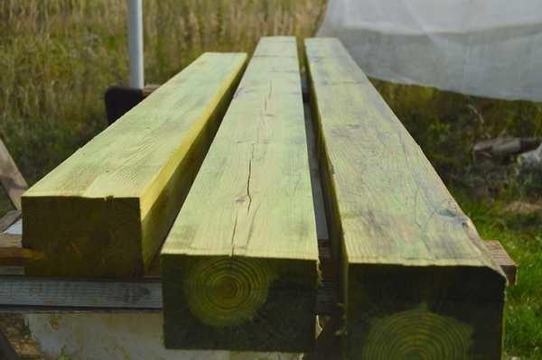 Защитная антибактериальная пропитка Сенеж имеет отличные характеристики, но окрашивает древесину в зеленоватый цвет