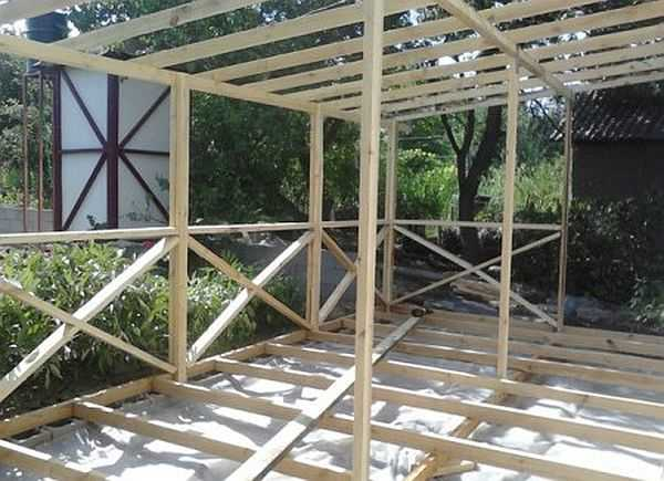 Так выглядит собранный каркас веранды, пристроенной к дому