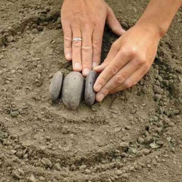 Выкладываете камни вплотную друг к другу