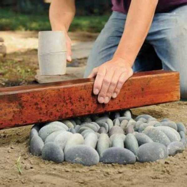 """Камни """"утапливают"""" в песок"""