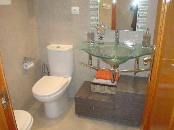 Стеклянная раковина не загромождает пространство. Даже малогабаритная ванная комната выглядит просторной