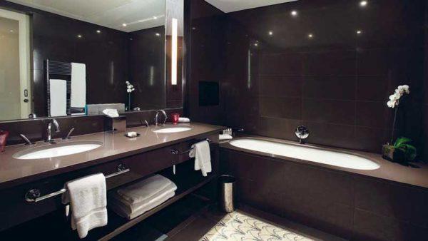 Красивый дизайн ванной комнаты, но мрачноват....